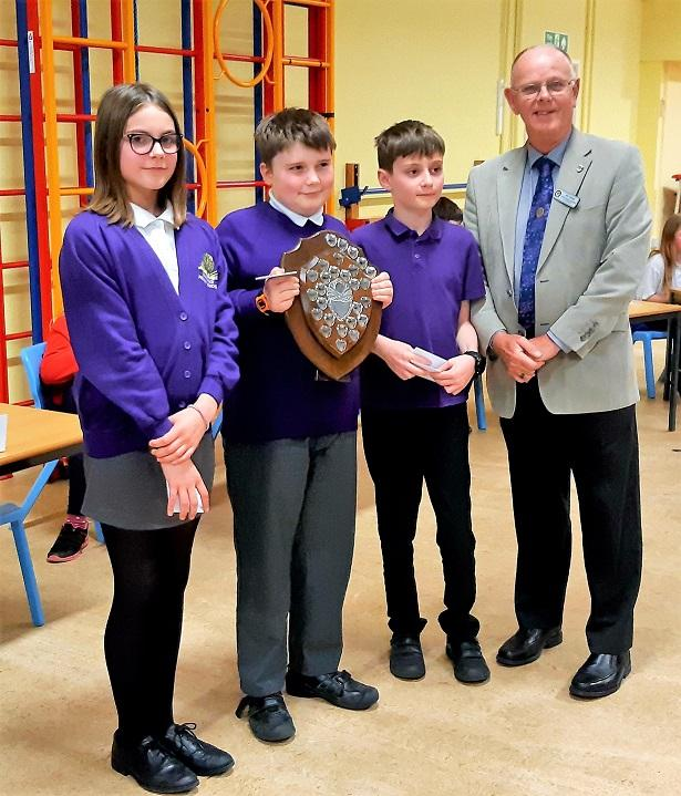 Junior Schools Quiz 2019 - Phil Tanner presents the Rotary Trophy to the Longleaze team
