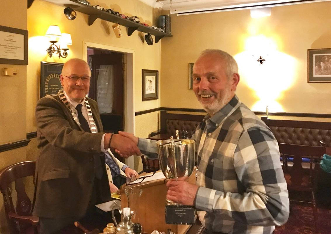Rotarian Stewart Lee lifts the the trophy in the 2017-2018 Changover Golf Competition