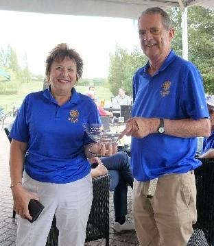 Past President Jackie Wellman presents the winner's trophy to John Culwick