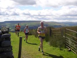 Leading runners reach top of Black Hill