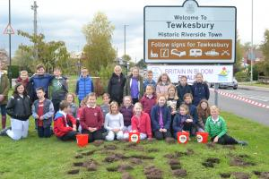 Tirlebrook School pupils ready and willing to plant crocus corms on Ashchurch Road.