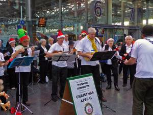 Ukulele Band plays Piccadilli