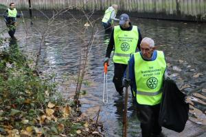 Ravensbourne Rotary Club cleaning the River Ravensbourne