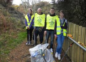 Interactors collect rubbish at local monument