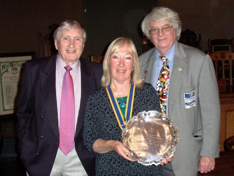 The Mayor of Pwllheli, Evan Hughes, Pwllheli President, Betty Wood and Rtn Colin James of Southport Links Club show the shield.