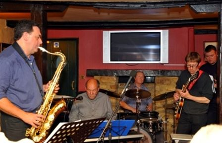 Chippy Jazz 2010 - The King;s Arms is a new venue to the ChippyJazz event, here with the Evenlode Delta Jazz Band.