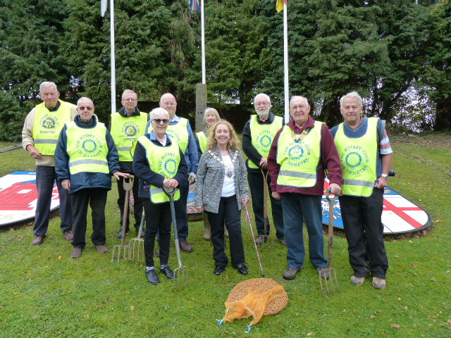 Purple for Polio 2017-2018 Town Centre - Danetre  Rotarians, Daventry Town Councillors and Members of the Allotment Association gather to plant some Crocus Corms