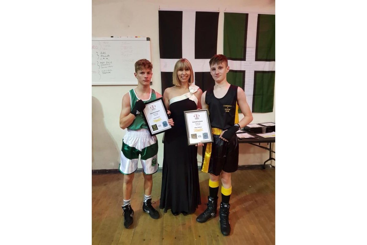CHARITY DINNER AND BOXING EVENING - 20180203 201507 - Mayor of Bodmin Sara Kinsman presenting certificates to winning teams.