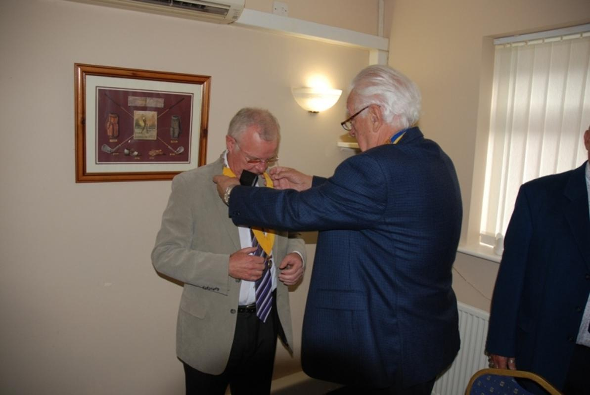 INDUCTION OF PRESIDENT ERIC HIND - 3RD JULY 2017 - Eric hands over the President Elect's Chain to Pat McCarthy