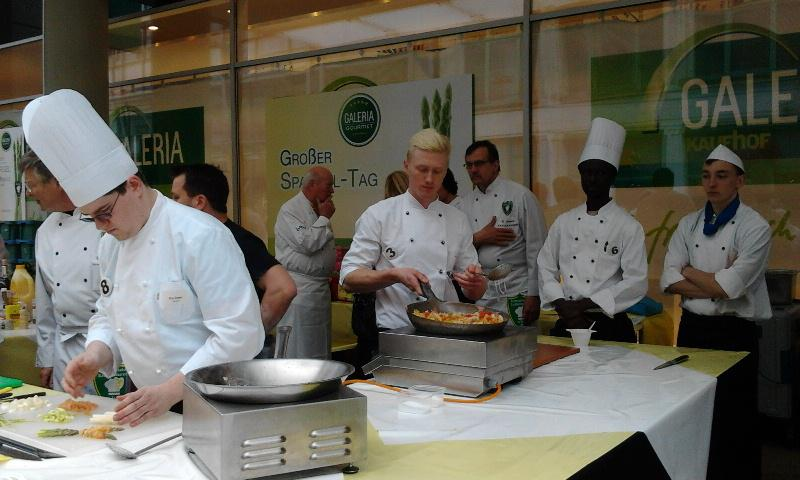 Contact Club Reunion in Leipzig - Asparagus being stir-fried outside the department store Ka-De-We