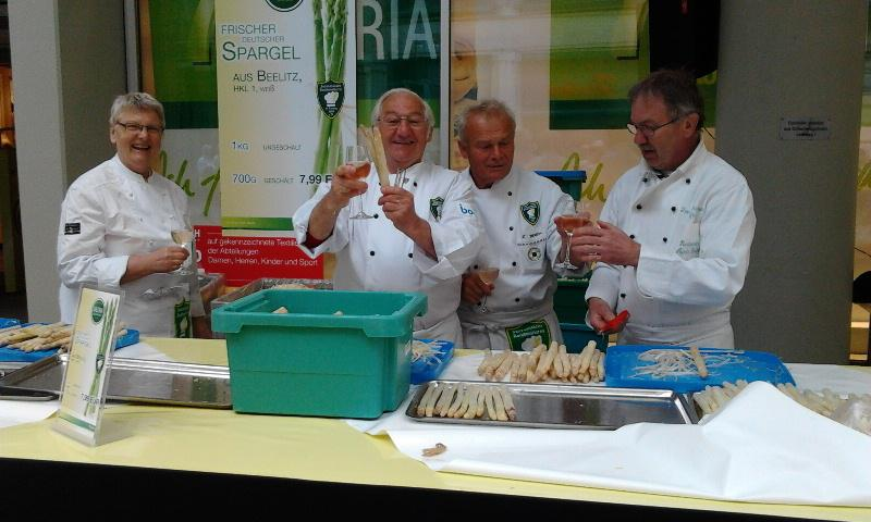 Contact Club Reunion in Leipzig - An asparagus fair was held outside the department store Ka-De-We and the prepared asparagus was cooked and served to apssers-by