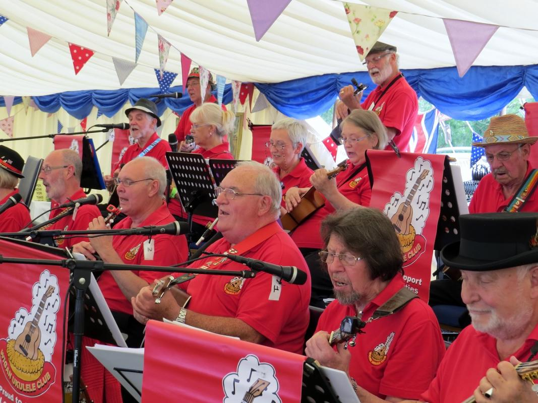 Leisure Lakes Steam and Vintage Vehicle Rally 2016 - Musical Entertainment from the WIgan Ukulele Club