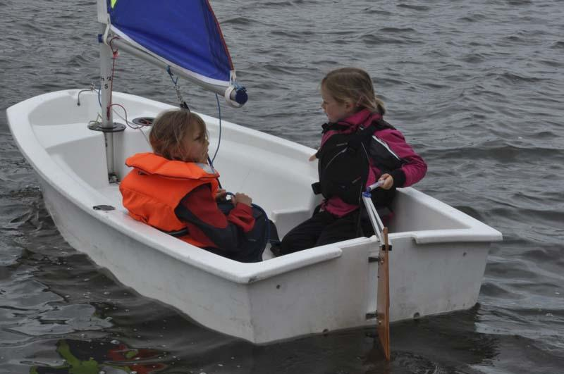 Life on the Upper Thames Waves! - Two youngsters set off