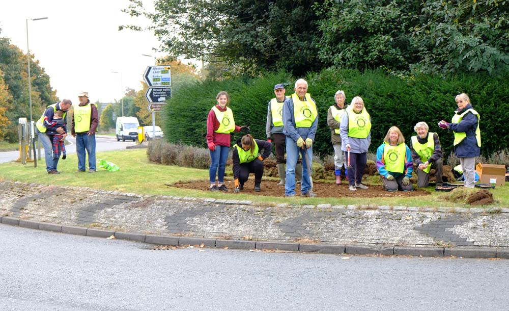 Growing Together to End Polio Now - Bicester Rotary club and friends braved the traffic at Buckingham Road roundabout on the ring road to plant 20,000 crocus corms