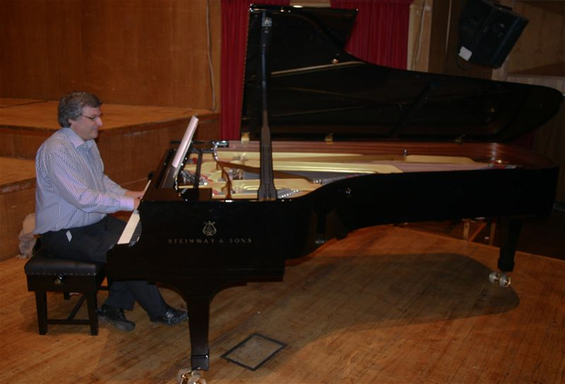 Breakfast on the Stage - Ian enjoys a tinkle on the ivories.
