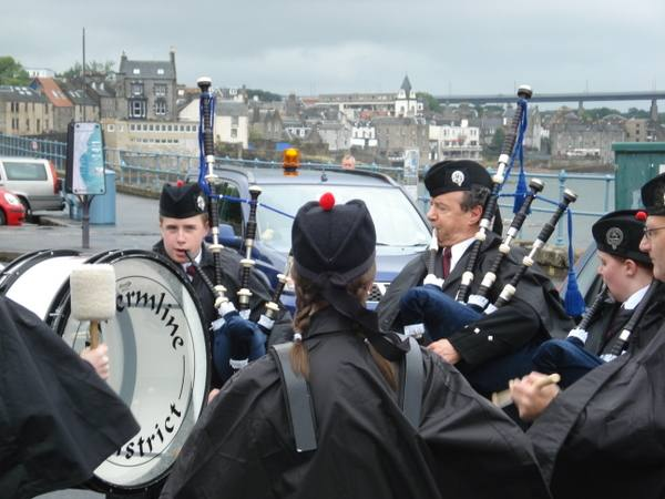 Two Capitals Cycle Run 2007 - Pipe band at South Queensferry