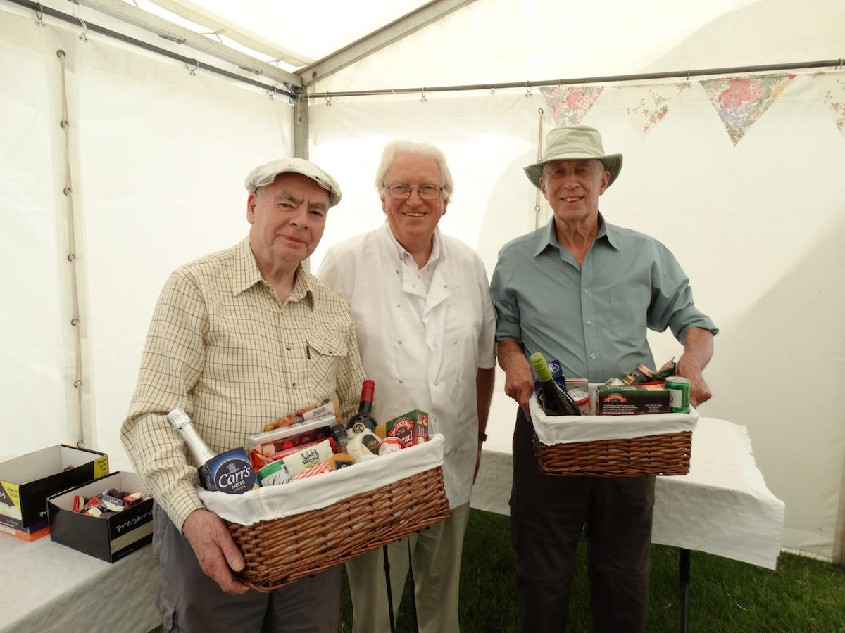 Big Breakfast 2019 - Mike Hedges, President of our Club, with raffle Prize winners Bob Carter, nad Robert Savage.