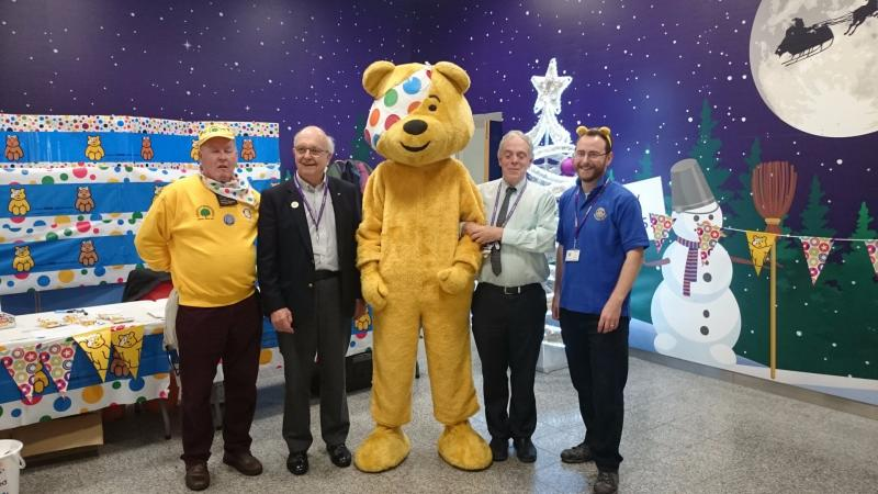 Children in Need Collection Heathrow 13th Nov 2015 - Terminal 3 with Peter Davey