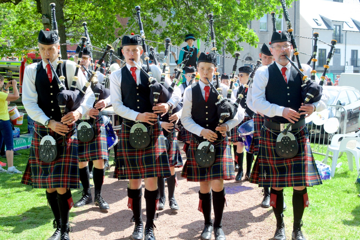 Some Photos from the Duck Race and Fling 2018 - Doune Pipe Band Lead the PArade