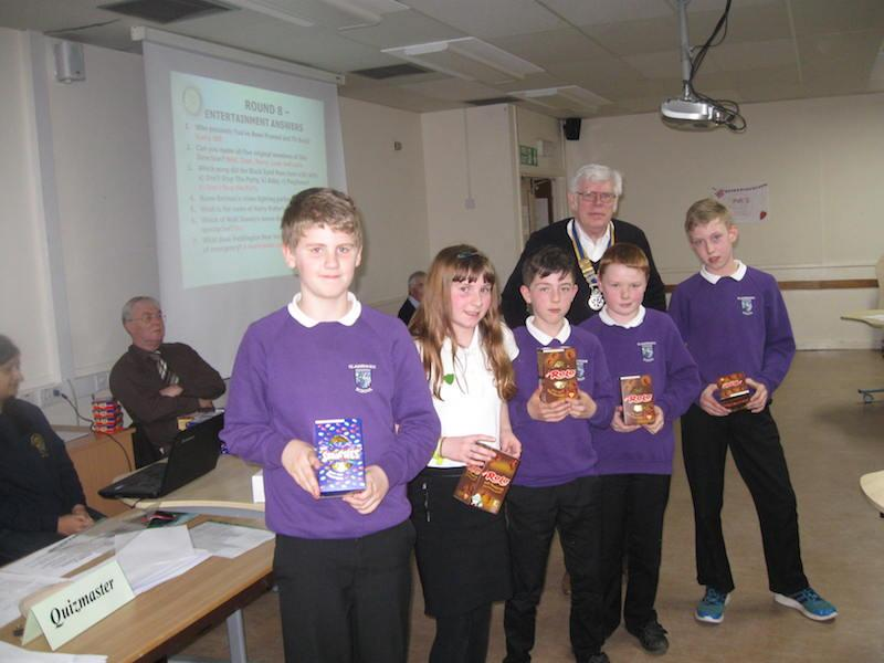 Primary School Quiz 2016 - Glashieburn receive their Easter eggs
