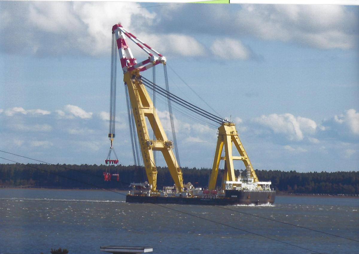 April - Hercules crane near Broughty Ferry