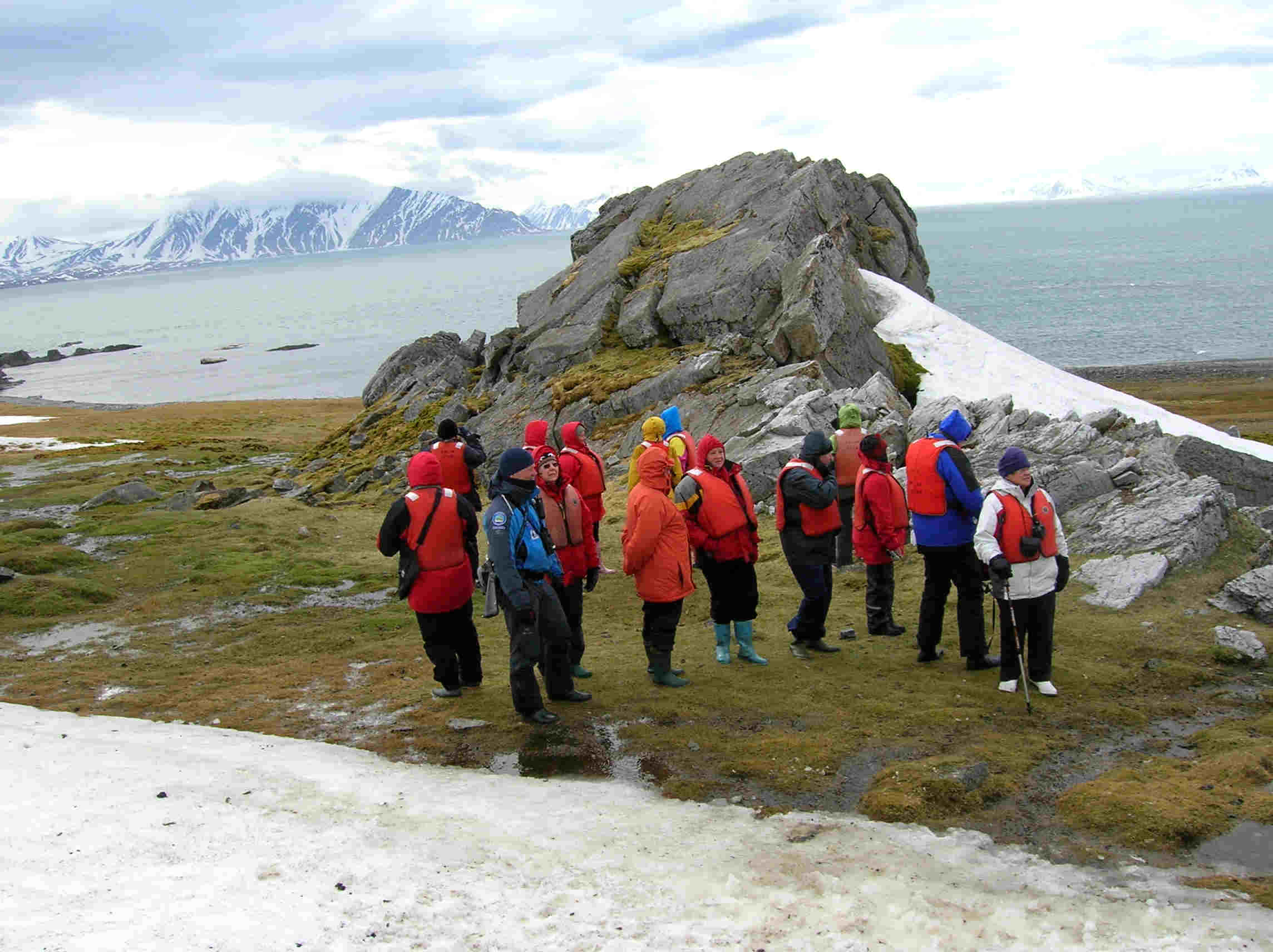 Spitsbergen -  Hornsund 3. visitors looking at the Pomors huts, whalers graves and bird colonies