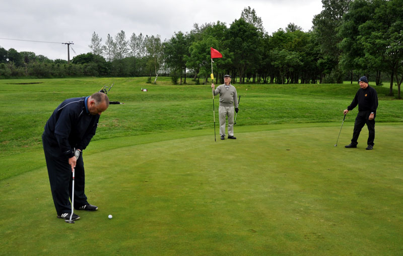 Outside visit - Golf Evening 2012 - Ian showing his putting skills
