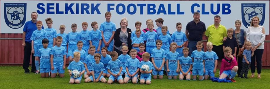SUPPORT JUNIOR FOOTBALLERS - Stuart and Carol attend photo shoot