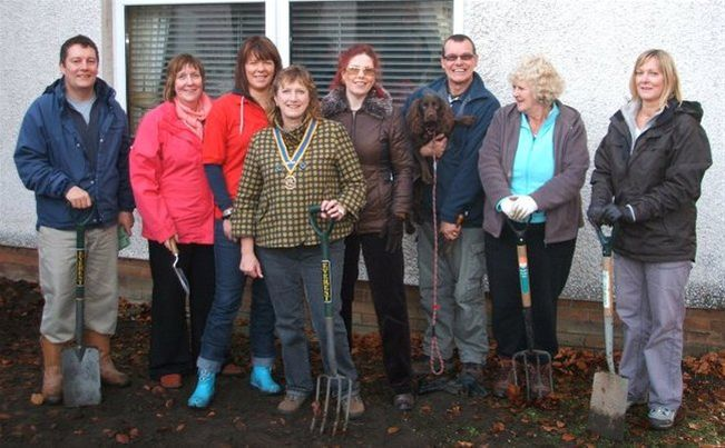 FOCUS ON THE CROCUS - PURPLE REIGN : Rotarians join Project Leader Alex Lees with horticultural expert Marion Walsh