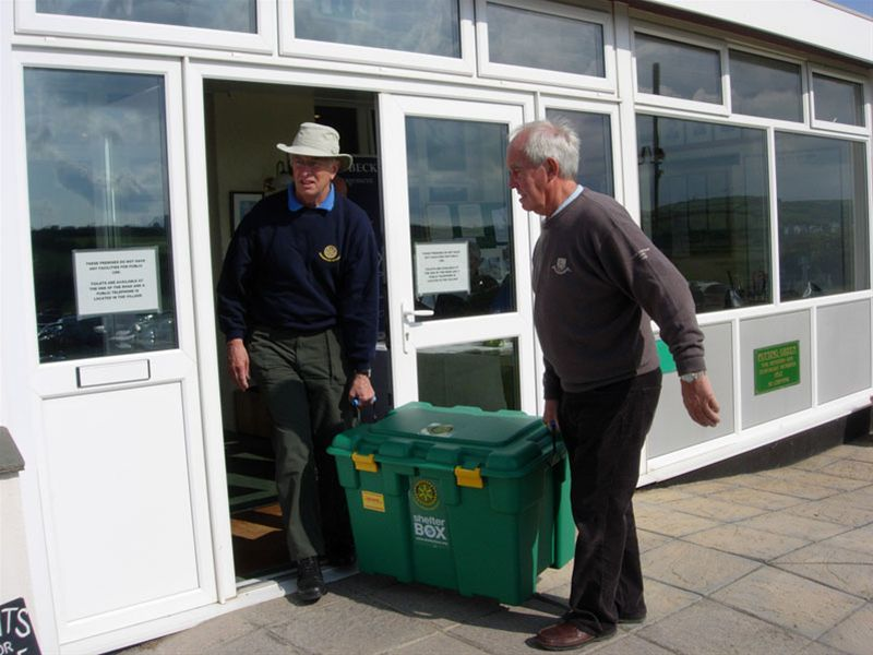 Golf Day 2010 - Robin Rose-Price and David Wadey find how heavy a ShelterBox is.